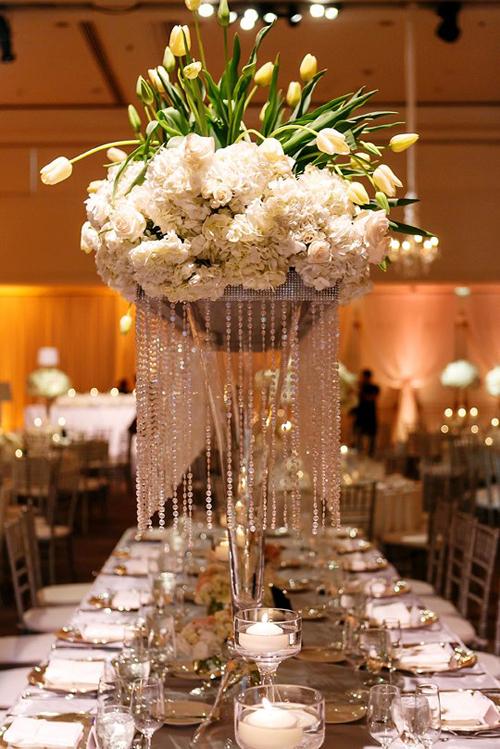Bàn tiệc được sắp xếp với vẻ đẹp tinh tế. Trong tiệc có hai loại bàn tiệc khác nhau gồm bài dài và bàn tròn.