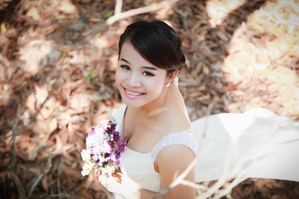 Cô dâu xinh đẹp rạng rỡ giữa rừng cây lá.