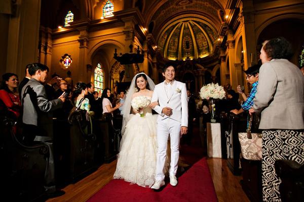 Trên Facebook của mình, Thủy Tiên cũng chia sẻ thêm những hình ảnh đáng nhớ khi cả hai làm lễ thành hôn tại nhà thờ.