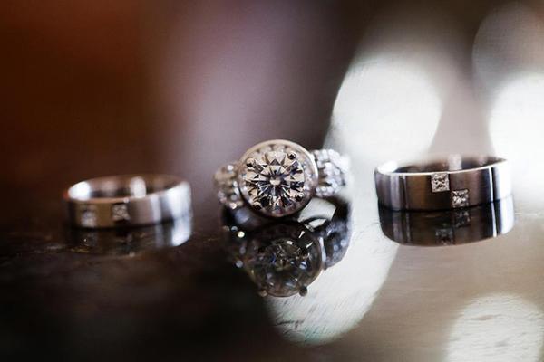Bộ nhẫn cưới của đôi uyên ương gồm nhẫn đính hôn, nhẫn cô dâu và nhẫn chú rể.