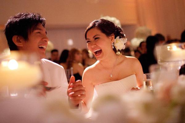 Đan Trường và cô dâu Thủy Tiên luôn rạng rỡ bên nhau trong đám cưới.