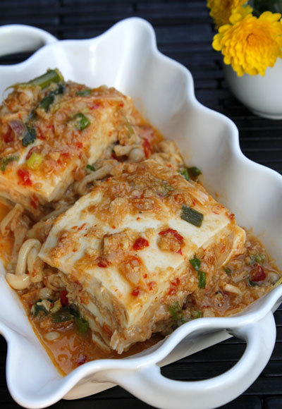 Món ăn với vị ngọt của tôm, thịt và nấm giòn, ăn không ngán, bên trên được phủ một lớp sốt chua ngọt đậm đà. Đậu phụ non nhiều chất, dùng làm món mặn ăn cơm rất hấp dẫn.