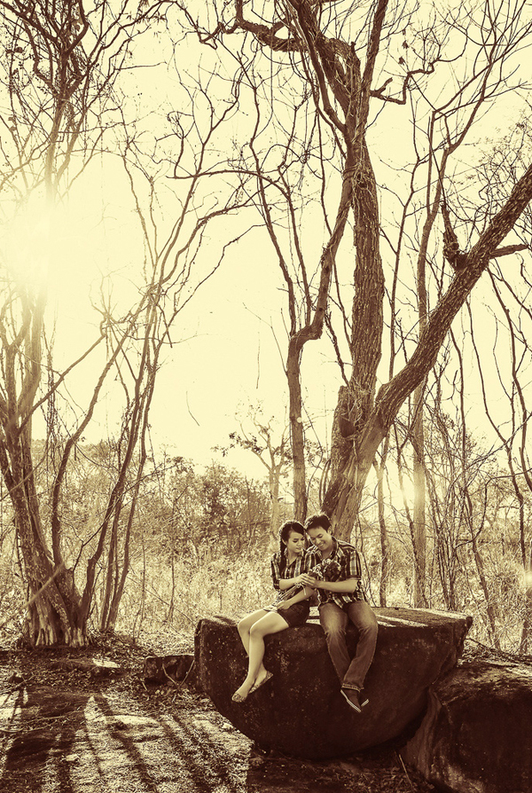 Lùng sục giữa rừng để tìm được một gốc cây đổ ngang hoặc một phiến đá tảng độc đáo sẽ giúp cô dâu, chú rể có được vị trí ngồi tạo dáng rất lý tưởng.