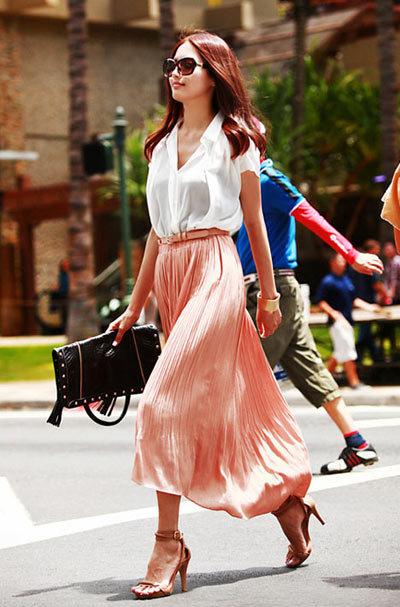Khi mặc váy dài che bắp chân, đừng quên mang giày hoặc sandal cao gót để trông cao hơn.