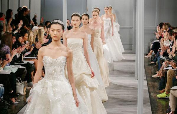 Váy cưới cầu kỳ tràn ngập sàn thời trang