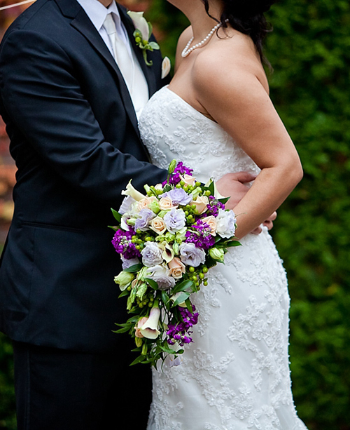 Hoa của cô dâu được kết theo dáng dài, mang sắc tím lãng mạn.