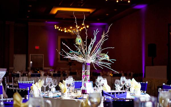Một số bàn tiệc đặc biệt có bình hoa gắn lông chim công tỏa tròn lộng lẫy.