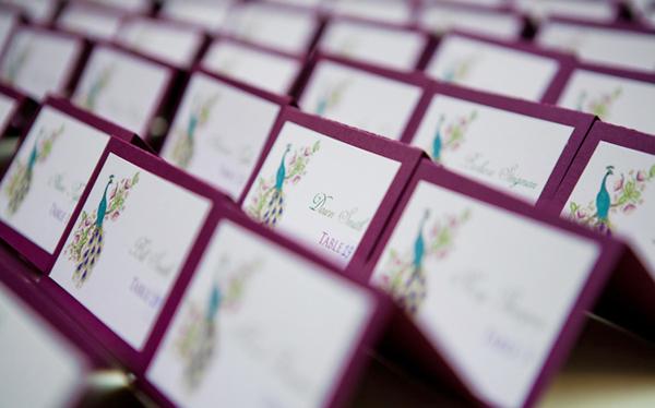 Mỗi tấm card ghi chỗ ngồi của khách đều được in hình một chú công thướt tha.