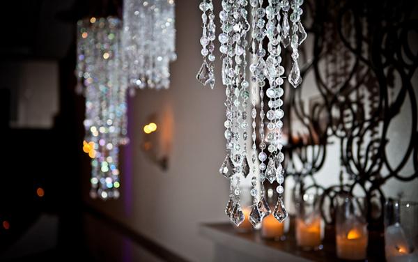 Trong tiệc còn treo nhiều chiếc đèn kết từ pha lê lấp lánh và nến lung linh, làm không gian thêm lộng lẫy.