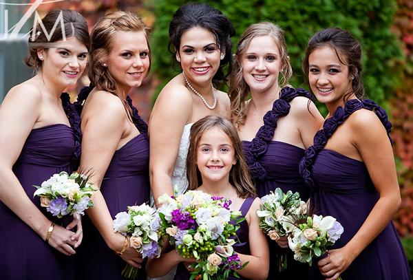 Váy của phù dâu màu tím, làm nổi bật cô dâu trong chiếc váy cưới trắng truyền thống.