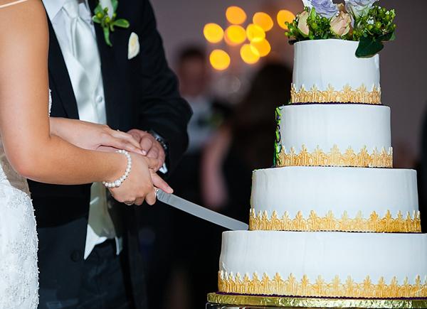 Cô dâu chú rể cùng cắt bánh cưới trong nghi lễ kết hôn.