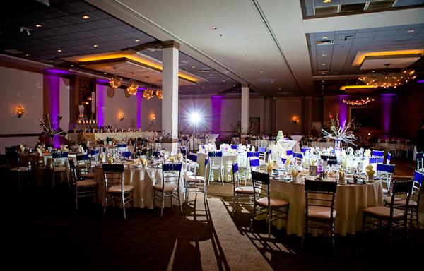 Tiệc cưới diễn ra hoàn toàn trong nhà, không trang trí cầu kỳ nhưng sang trọng.