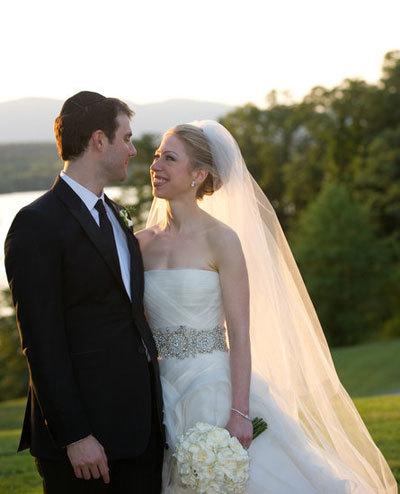 Đám cưới của Chelsea Clinton được xem như hôn lễ hoàng gia của nước Mỹ với đầy đủ sự sang trọng, lộng lẫy và xa hoa. Chiếc váy Vera Wang mà cô lựa chọn luôn nằm trong top những trang phục cưới đẹp nhất.