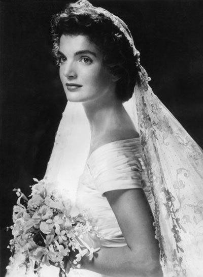 Jacqueline Kennedy là một trong những đệ nhất phu nhân Mỹ nổi bật nhất trong lịch sử. Khi làm đám cưới với tổng thống John Kennedy năm 1953, bà chinh phục cả thế giới khi xuất hiện trong chiếc váy cổ điển, trễ vai và xếp li ở đuôi. Hiện chiếc váy được trưng bài tại thư viện Kennedy.