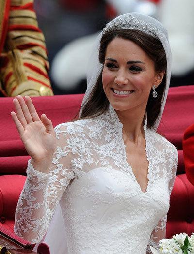 Chiếc váy cưới của Kate Middleton sử dụng chất liệu ren và satin cao cấp, do nhà thiết kế Sarah Burton của hãng Alexander McQueen thiết kế có giá 400.000 USD. Váy được kết hợp giữa satin cao cấp với phần ren làm điểm nhấn, được thực hiện hoàn toàn thủ công. Mạng che mặt của cô dâu được may bằng loại vải tuyn lụa sang trọng.