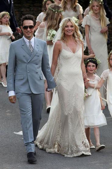Khi muốn tìm một nhà thiết kế thực hiện chiếc váy cưới, cái tên đầu tiên Kate Moss nghĩ đến là John Galliano. Cô mong muốn có một chiếc váy theo phong cách cổ điển, với chất liệu chiffon như những năm 1930 nhưng phải thật xa xỉ. Chiếc váy cưới này của Kate Moss đã cứu vớt sự nghiệp của John Galliano khi đang bị Dior sa thải.