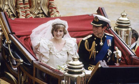 Chiếc váy cưới của công nương Diana được thiết kế bởi Elizabeth Emanuel, đã tạo ra một kỷ nguyên mới về sự sang trọng và quý phái của thời trang cưới. Tay váy dài, vai làm rộng và đánh bồng, cổ chữ V nhún bèo và chân váy dài tới 8m, phù hợp với phong cách hoàng gia.
