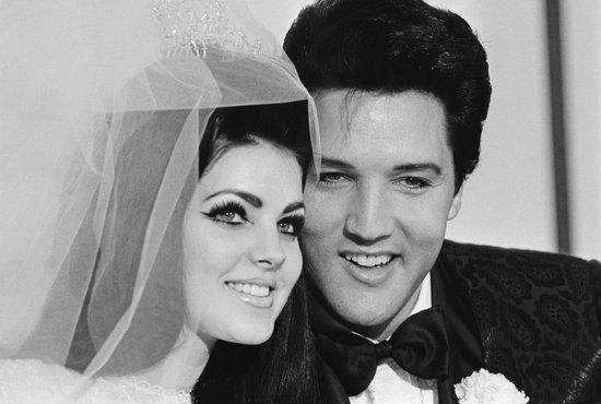 Khi làm đám cưới với danh ca Elvis Presley năm 1967, cô dâu Priscilla đang mang bầu và chọn chiếc váy cưới có thân xòe rộng. Ngoài đuôi váy mềm mại, điểm đáng chú ý là chiếc khăn voan cài đầu được thiết kế độc đáo, xòe rộng ở phía sau. Chiếc váy sau này được trưng bày tại bảo tàng Elvis Presley.