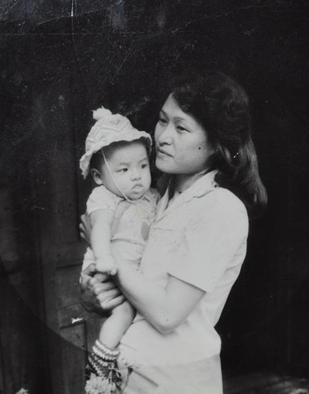 Lê Bê La là thành viên nhí đầu tiên trong gia đình nên rất được cưng, cô sinh 1987 ở thị trấn của huyện Cu Mgar, Daklak. Lê Bê La tên đầy đủ là Lê Thị Bê La. Trong ảnh là Lê Bê La chụp cùng mẹ khi gần 1 tuổi.