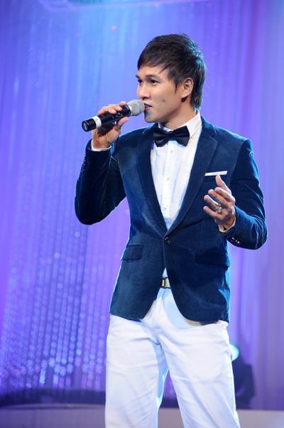 Ca sĩ trẻ Vũ Bảo trình bày 'Mưa hồng' của nhạc sĩ Trịnh Công Sơn.