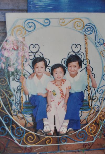 Lê Bê La chụp ảnh cùng em gái vào dịp tết, trong ảnh Lê Bê La, Lê Chi Na và Đô Na. Lê Chi Na hiện cũng là một diễn viên như chị riêng Đô Na theo con đường khác hoàn toàn.