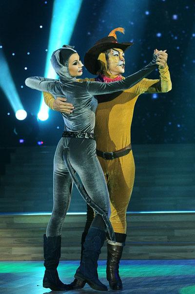 Trong phần thi của mình, Hòa Hiệp và bạn diễn hóa thân thành những chú mèo trong ca khúc 'Sparkling Diamonds'.