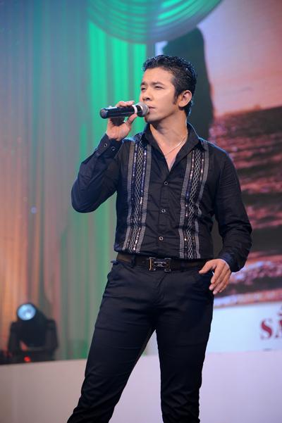 Kasim Hoàng Vũ lạ lẫm với mái tóc cắt ngắn. Tối qua, anh hát 'Hạnh phúc lang thang'.