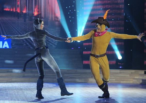 Tiết mục này được biên đạo Ly Ly khen rằng Hòa Hiệp đã phối hợp nhuần nhuyễn với bạn nhảy, nhưng đạo diễn Lê Hoàng lại thấy 'con mèo' của Hòa Hiệp quá hiền, không có sự đột phá.