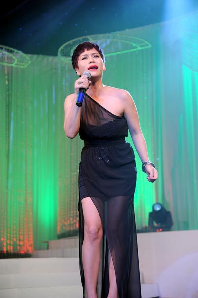 Ca sĩ Hồng Mơ được xem là điểm nhấn của chương trình khi trình bày ca khúc 'Rong rêu' gây được hiệu ứng tốt với khán giả.