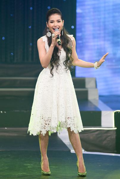 Tối 29/4, ca sĩ Phương Trinh trở lại với khán giả truyền hình bằng chương trình 'Nhịp cầu âm nhạc' tại nhà hát HTV. Thời gian qua, Phương Trinh chủ yếu chạy show ở các sự kiện và đóng phim, gần như vắng bóng trên truyền hình.