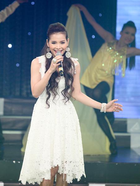 Sau thời gian tách khỏi nhóm nhạc nữ Amigo, Phương Trinh đã lấy lại được phong độ. Tối qua, cô mặc bộ váy trắng trông xinh xắn và cũng không kém phần quyến rũ.