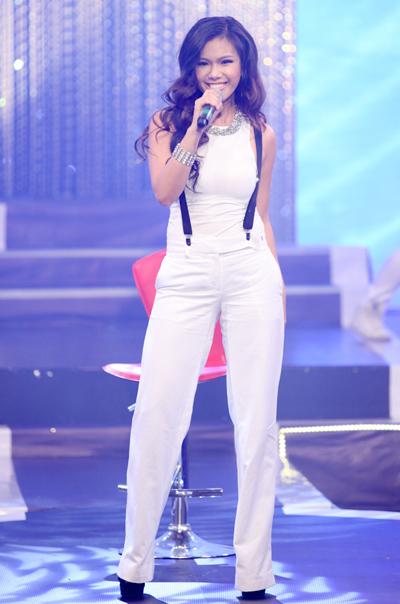 Tham gia đêm nhạc với chủ đề 'Thành phố hát' có nhiều ca sĩ đang được yêu thích. Phương Vy diện nguyên 'cây trắng', hát ca khúc 'Buổi sáng trên bãi biển'.