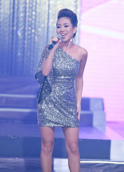 Thảo Trang khoe giọng trong ca khúc 'Tình xa thật xa'.