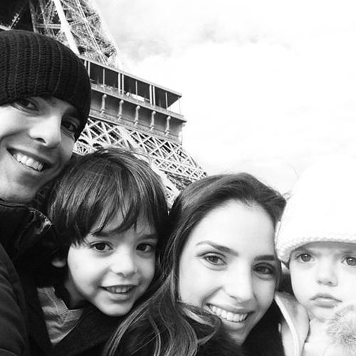 Cả gia đình Kaka chụp ảnh trong một chuyến đi chơi tại Paris.