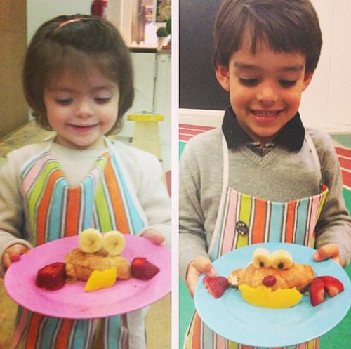 Hai bé Isabelle và Luca trỏ tài vào bếp trang trí bánh và hoa quả thành hình ngộ nghĩnh.