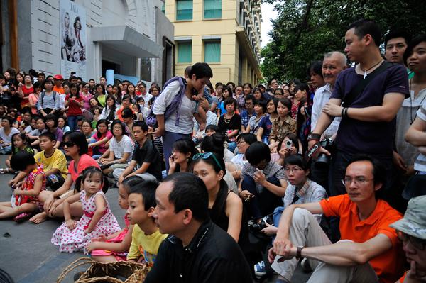 Hàng trăm khán giả thuộc mọi lứa tuổi đã đến xem Lê Cát Trọng Lý. Không ít