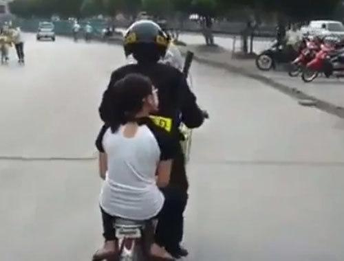 Hình ảnh cảnh sát cơ động chở thiếu nữ....