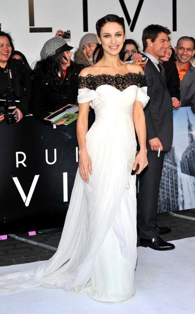 Nữ diễn viên Olga Kurylenko lộng lẫy trong bộ đầm Marchesa trắng pha ren đen tại buổi công chiếu phim ở London, Anh.