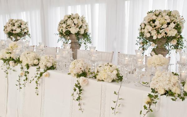 Bàn tiệc có cả hoa thấp và hoa dáng cao, hài hòa với không gian.