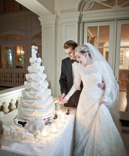 Cô dâu chú rể hạnh phúc cắt bánh cưới.