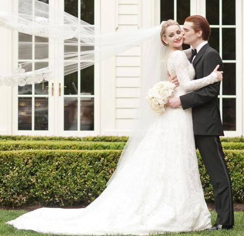 Cô dâu chọn cho mình chiếc váy cưới ren sang trọng của thương hiệu Monique Lhuillier. Đây cũng chính là chiếc váy mà Tăng Thanh Hà diện trong đám cưới của mình vào cuối năm 2012.