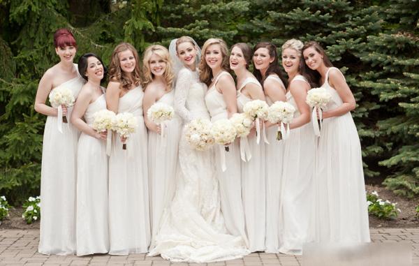 Các phù dâu điệu đà trong váy dạ hội dáng dài, ton sur ton với váy cưới trắng của cô dâu.