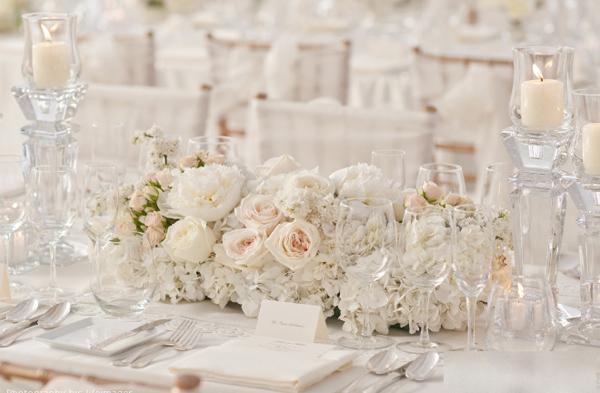 Hoa trên bàn tiệc kết hợp cùng nến tạo sự lung linh.