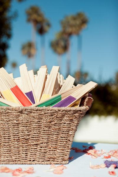3. Quạt giấy sẽ là món quà cảm ơn hoàn hảo cho đám cưới vào mùa nóng.