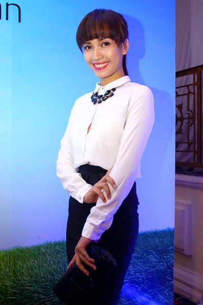 Ca sĩ Ái Phương mặc trang phục giản dị.