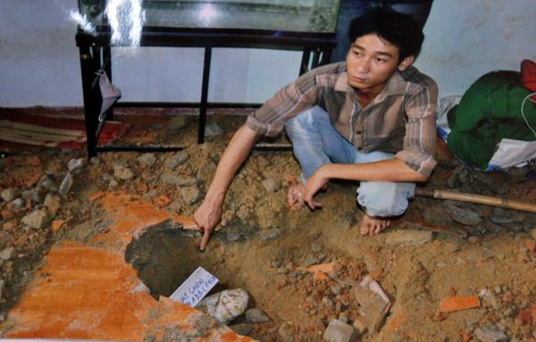 Anh em Hưng mang toàn bộ số vàng cướp được của cậu đến nhà bạn chôn giấu. Ảnh: Dương Bình