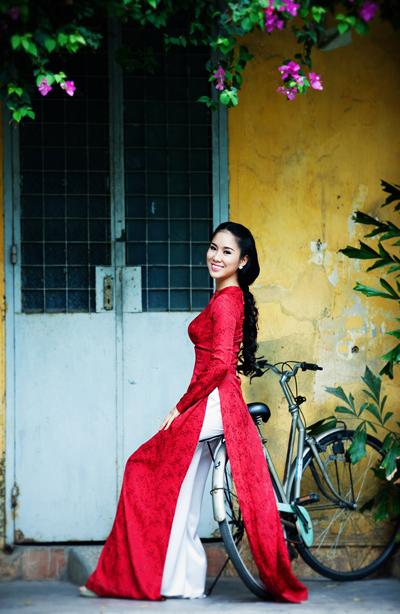 Không đẹp lộng lẫy, sắc sảo như các sao nữ khác của showbiz Việt, Lê Phương thu hút mọi người bởi vẻ dịu dàng, đằm thắm của người phụ nữ miền Tây Nam Bộ.