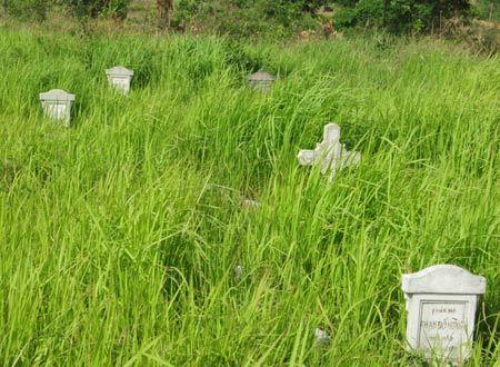 Những ang thờ người chết vì tai nạn trên đoạn đường trước trường bắn.