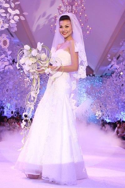 Thanh Hằng diện váy cưới lộng lẫy