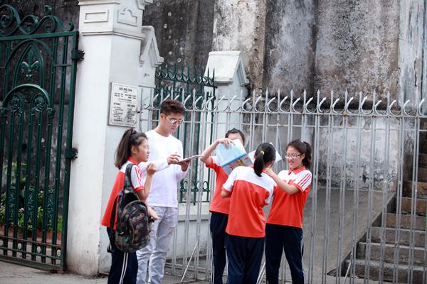 Một số cô học trò nhận ra Trương Thế Vinh và lập tức vây quanh xinh chữ ký.